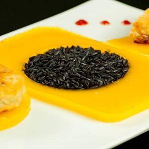 Μαύρο ρύζι με φιλέτο μπακαλιάρου και ασπικ απο σαφράν και μάνγκο